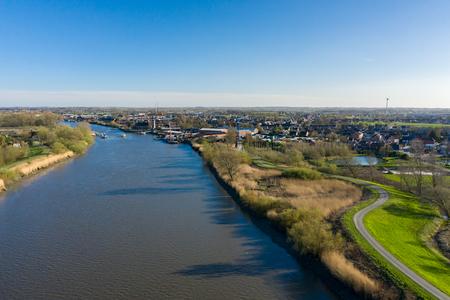 De rivier de Schelde die de stad Baasrode bereikt, in Oost-Vlaanderen, België Stockfoto