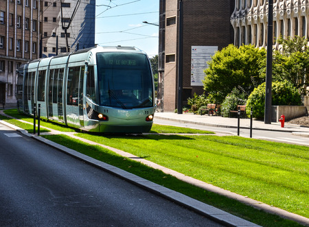 Valenciennes, Francia - 3 de septiembre de 2016: tranvía moderno en Valenciennes