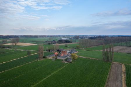 Vue aérienne d'une ferme, en Flandre orientale, Belgique