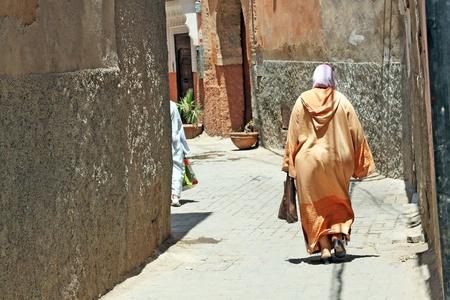 マラケシュ、モロッコの通りのアラビア女