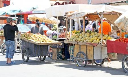 マラケシュ、モロッコでのストリート マーケットで果物