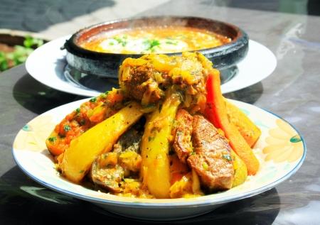 卵と野菜とミートの 2 つのタジン鍋モロッコ国民料理 写真素材