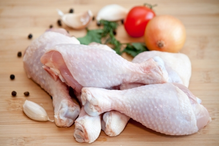 chicken leg: Raw chicken legs with vegetables and spices on the chopping board