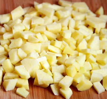 生のヒープ、ジャガイモを切る