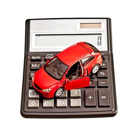 おもちゃの車と白で計算。購入、レンタル、保険、燃料、サービスおよび修理費用のための概念