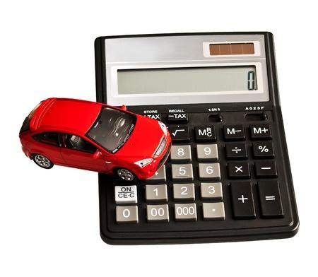 おもちゃの車と電卓。購入、レンタル、保険、燃料、サービスおよび修理費用のための概念