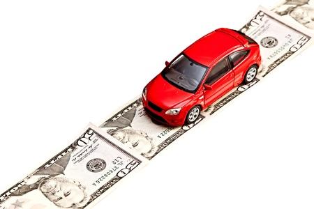 路上でお金, 白い賃貸、購入する、修理または保険車のコンセプトに分離されたおもちゃの車
