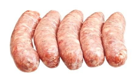 白い背景に分離された原料肉ソーセージ