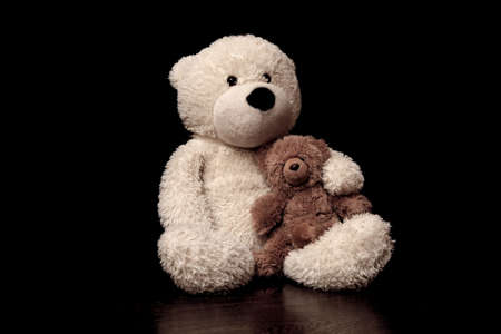 검은 배경에 아기 장난감 곰