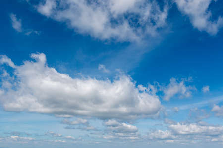 white fluffy clouds in bright blue sky 版權商用圖片