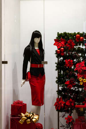 mannequins display clothing advertising in a shop window Standard-Bild