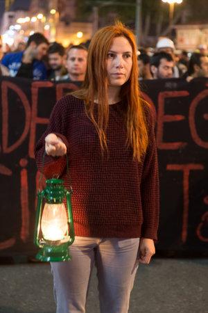 Stambuł, Turcja - 18 maja 2014: kobieta z pochodnią w Kadikoy, aby zaprotestować przeciwko rządzącej nad AKP kopalni katastrofy Soma.