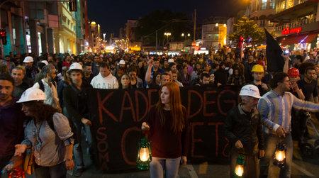 Stambuł, Turcja - 18 maja 2014: Ludzie zebrani w Kadikoy, aby zaprotestować przeciwko rządzącej nad AKP kopalni katastrofy Soma. Nie los morderstwo napisać w nagłówku. Publikacyjne