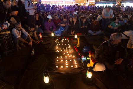 Stambuł, Turcja - 18 maja 2014: Ludzie zebrani w Kadikoy, aby zaprotestować przeciwko rządzącej nad AKP kopalni katastrofy Soma.