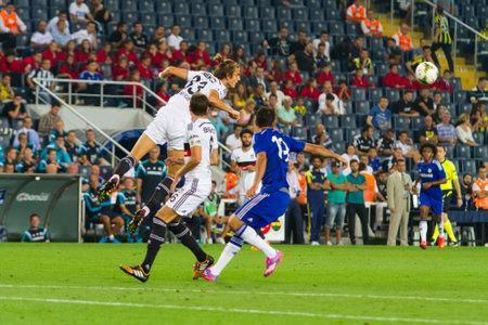 STAMBUŁ - 08 sierpnia 2014 roku: Chelsea atakuje z Besiktas Soma Charytatywnego Turnieju w Sukru Saracoglu Stadium.