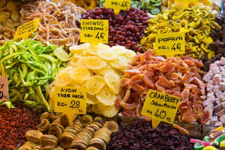 frutas secas: Frutos secos en Bazar de las Especias, Estambul, Turqu�a