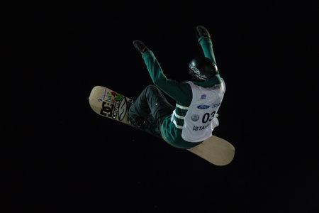 fis: ISTANBUL, TURCHIA - 20 dicembre 2014: Jonas Boesiger salto in Coppa del Mondo FIS di snowboard Big Air. Questo � il primo evento di Big Air per entrambi, uomini e donne.
