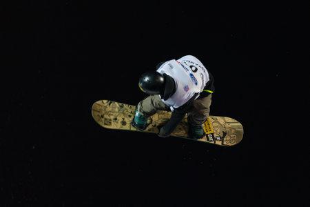 fis: ISTANBUL, TURCHIA - 20 dicembre 2014: Petr Horak salto in Coppa del Mondo FIS di snowboard Big Air. Questo � il primo evento di Big Air per entrambi, uomini e donne.