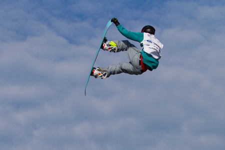 fis: ISTANBUL, TURCHIA - 20 dicembre 2014: Jan Scherrer salto in Coppa del Mondo FIS di snowboard Big Air. Questo � il primo evento di Big Air per entrambi, uomini e donne.