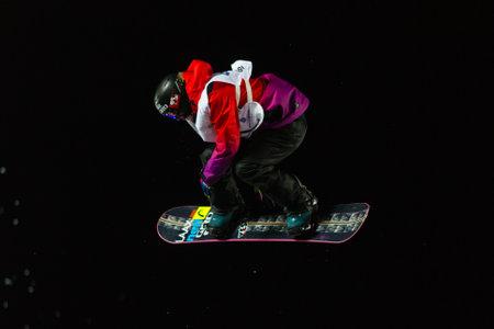 fis: ISTANBUL, TURCHIA - 20 dicembre 2014: Sina Candrian salto in Coppa del Mondo FIS di snowboard Big Air. Questo � il primo evento di Big Air per entrambi, uomini e donne. Editoriali