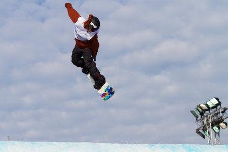 fis: ISTANBUL, TURCHIA - 20 dicembre 2014: Andrew Matthews salto in Coppa del Mondo FIS di snowboard Big Air. Questo � il primo evento di Big Air per entrambi, uomini e donne. Editoriali
