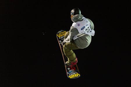 fis: ISTANBUL, TURCHIA - 20 dicembre 2014: Eric Willett salto in Coppa del Mondo FIS di snowboard Big Air. Questo � il primo evento di Big Air per entrambi, uomini e donne.