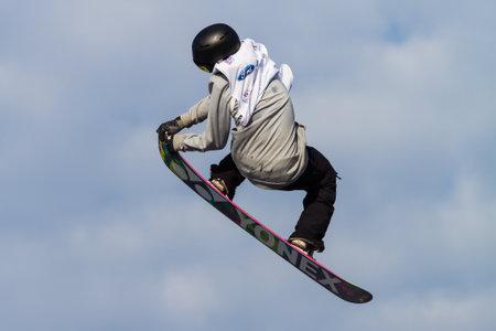 fis: ISTANBUL, TURCHIA - 20 dicembre 2014: Antoine Truchon salto in Coppa del Mondo FIS di snowboard Big Air. Questo � il primo evento di Big Air per entrambi, uomini e donne.