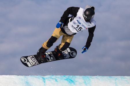 fis: ISTANBUL, TURCHIA - 20 dicembre 2014: Niklas Mattsson salto in Coppa del Mondo FIS di snowboard Big Air. Questo � il primo evento di Big Air per entrambi, uomini e donne.