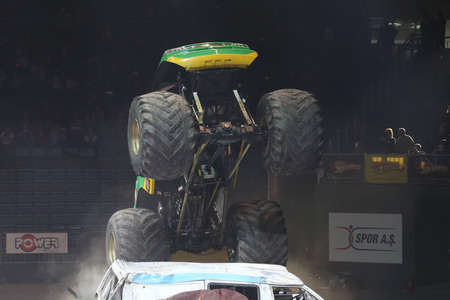 jalopy: ESTAMBUL, Turqu�a - 01 de febrero 2015: Monster Truck Extreme Revisited aplastar a los coches viejos en Sinan Erdem Dome durante Monster Hot Wheels Stunt Show.