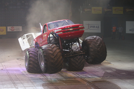 jalopy: ESTAMBUL, Turqu�a - 01 de febrero 2015: Monster Truck Lil Devil aplastar a los coches viejos en Sinan Erdem Dome durante Monster Hot Wheels Stunt Show. Editorial