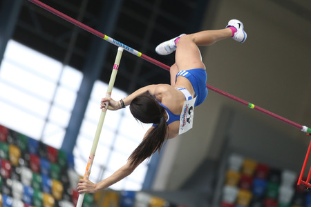 ISTANBUL, TURKEY - FEBRUARY 21, 2015: Greek athlete Lorela Manou pole vaulting during Balkan Athletics Indoor Championships in Asli Cakir Alptekin Athletics hall. 新聞圖片