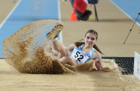 salto de longitud: ESTAMBUL, Turquía - 21 de febrero de 2015: moldavo atleta Natalia Cipilencu triple salto durante los Balcanes de Atletismo en pista cubierta en el pabellón Asli Cakir Alptekin Atletismo.