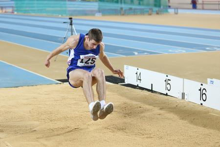 이스탄불, 터키 -2 월 21 일 : 2015 : 아르메니아 선수 Levon Aghasyan 트리플 점프 발칸의 육상 실내 선수권 대회 Asli Cakir Alptekin 육상 홀에서 중.