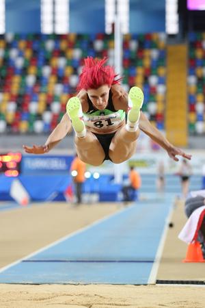 salto largo: ESTAMBUL, Turqu�a - 21 de febrero de 2015: Eslavonia atleta Kolaric Nina salto de longitud durante los Balcanes de Atletismo en pista cubierta en el pabell�n Asli Cakir Alptekin Atletismo. Editorial