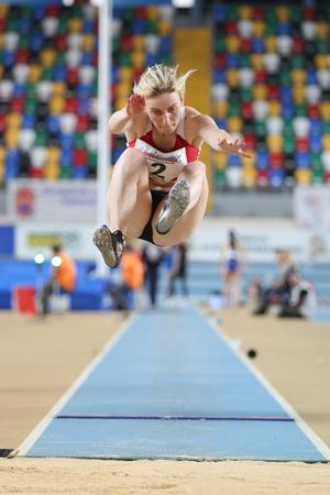 salto largo: ESTAMBUL, Turqu�a - 21 de febrero de 2015: atleta albanesa Ana Burda salto de longitud durante los Balcanes de Atletismo en pista cubierta en el pabell�n Asli Cakir Alptekin Atletismo.