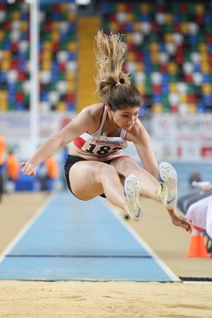 salto largo: ESTAMBUL, Turqu�a - 21 de febrero de 2015: atleta turca Ecem Calagan salto de longitud durante los Balcanes de Atletismo en pista cubierta en el pabell�n Asli Cakir Alptekin Atletismo. Editorial