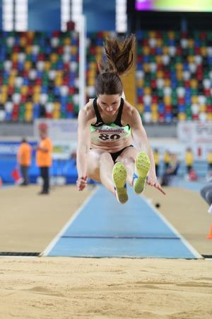 salto largo: ESTAMBUL, Turqu�a - 21 de febrero de 2015: Eslavonia atleta Djordjevic Nina salto de longitud durante los Balcanes de Atletismo en pista cubierta en el pabell�n Asli Cakir Alptekin Atletismo. Editorial