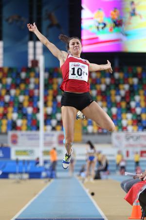salto largo: ESTAMBUL, Turqu�a - 21 de febrero de 2015: atleta turca Serpil Kocak salto de longitud durante los Balcanes Atletismo Campeonatos de interior en el pabell�n Asli Cakir Alptekin Atletismo.