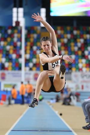 salto largo: ESTAMBUL, Turqu�a - 21 de febrero de 2015: atleta macedonio Martina Miroska salto de longitud durante los Balcanes de Atletismo en pista cubierta en el pabell�n Asli Cakir Alptekin Atletismo.