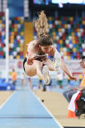 salto de longitud: ESTAMBUL, Turquía - 21 de febrero de 2015: atleta turca Ecem Calagan salto de longitud durante los Balcanes de Atletismo en pista cubierta en el pabellón Asli Cakir Alptekin Atletismo. Editorial