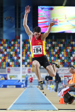 salto largo: ESTAMBUL, Turqu�a - 21 de febrero de 2015: atleta macedonio Slavco Mircevski salto de longitud durante los Balcanes Atletismo Campeonatos de interior en el pabell�n Asli Cakir Alptekin Atletismo. Editorial