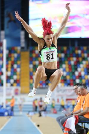 salto de longitud: ESTAMBUL, Turquía - 21 de febrero de 2015: Eslavonia atleta Kolaric Nina salto de longitud durante los Balcanes de Atletismo en pista cubierta en el pabellón Asli Cakir Alptekin Atletismo. Editorial