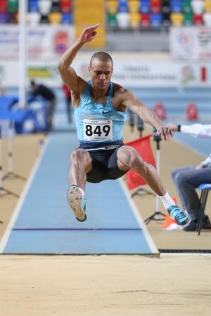 salto largo: ESTAMBUL, Turqu�a - 14 de febrero 2015: El atleta Seref Osmanoglu salto de longitud durante Turkcell Juniors y Seniors Atletismo Turqu�a Campeonato de interior en el pabell�n Asli Cakir Alptekin Atletismo