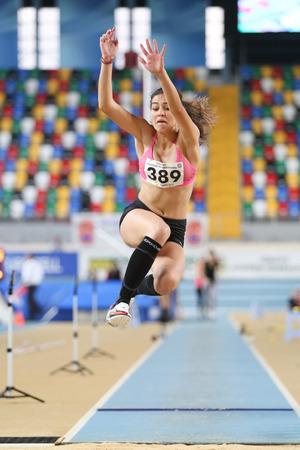 salto de longitud: ESTAMBUL, Turquía - 15 de febrero 2015: El atleta Yasemin Uygar salto de longitud durante Turkcell Juniors y Seniors Atletismo Turquía Campeonato de interior en el pabellón Asli Cakir Alptekin Atletismo