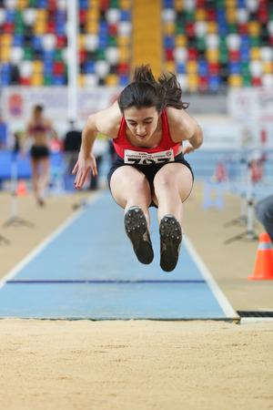 salto largo: ESTAMBUL, Turqu�a - 15 de febrero 2015: Atleta Seyma Birinci salto de longitud durante Turkcell Juniors y Seniors Atletismo Turqu�a Campeonato de interior en el pabell�n Asli Cakir Alptekin Atletismo