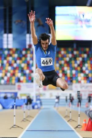 salto de longitud: ESTAMBUL, Turquía - 14 de febrero 2015: Atleta Ramazan puede saltar durante largo Turkcell Juniors y Seniors Atletismo Turquía Campeonato de interior en el pabellón Asli Cakir Alptekin Atletismo