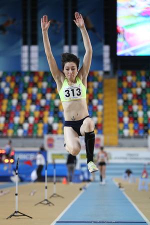 salto de longitud: ESTAMBUL, Turquía - 15 de febrero 2015: El atleta Tugba Danismaz salto de longitud durante Turkcell Juniors y Seniors Atletismo Turquía Campeonato de interior en el pabellón Asli Cakir Alptekin Atletismo