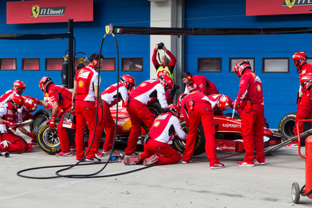 ISTANBUL, Turkije - 26 oktober 2014: Pit stop van de Formule 1 auto in Ferrari Racing Days in Istanbul Park Circuit
