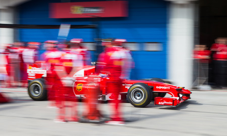pit stop: ESTAMBUL, Turqu�a - 26 de octubre 2014: Pit stop de F�rmula 1 coche en Ferrari Racing Days en Estambul Park Racing Circuit