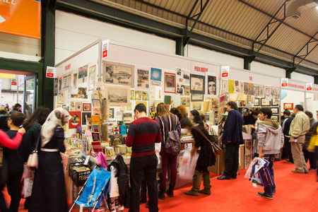 ISTANBUL, TURQUIE - 9 novembre 2014: Les gens à Istanbul Salon du livre. 33e Salon international du livre d'Istanbul tenu en Tuyap Fair and Convention Center.